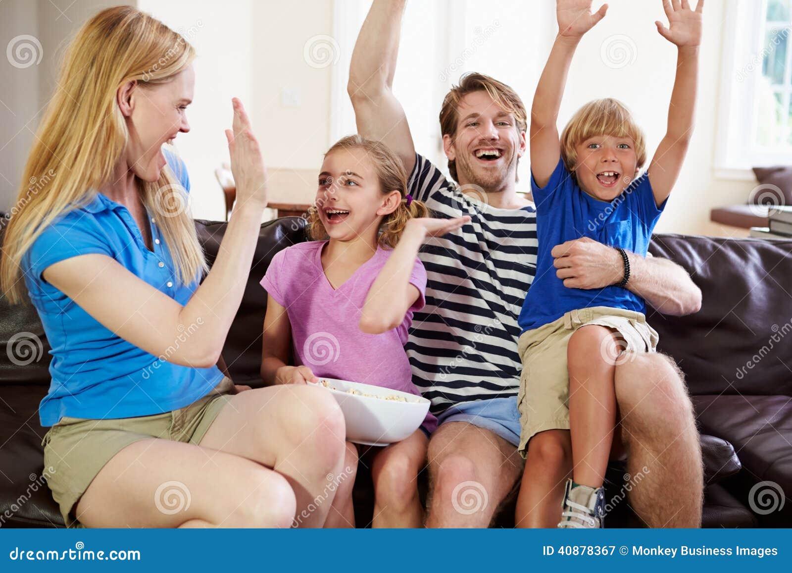 Rodzinna dopatrywanie piłka nożna na TV odświętności celu