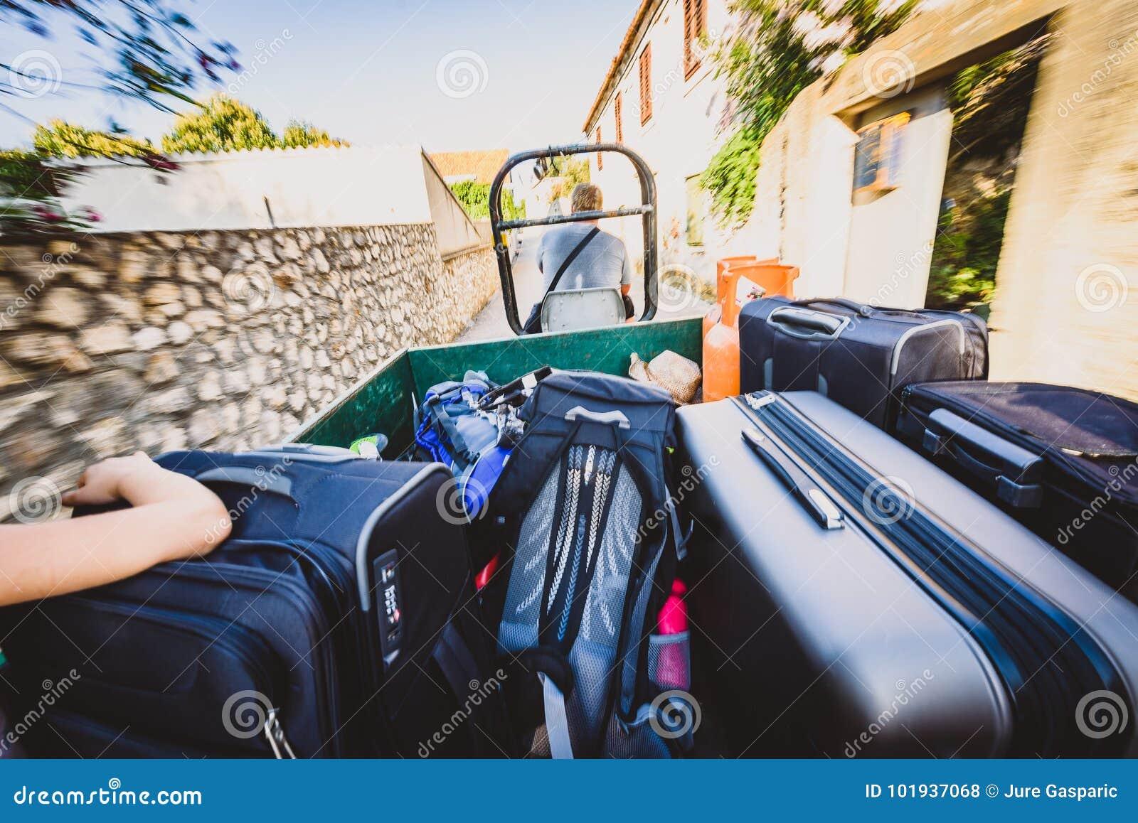 Rodzinna jazda ciągnikowa przyczepa z walizkami i bagażem
