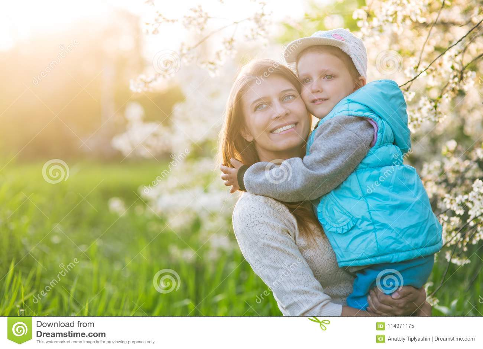 Rodzinna mama z córki kobietą z dzieckiem w wiosna stojaku i hu