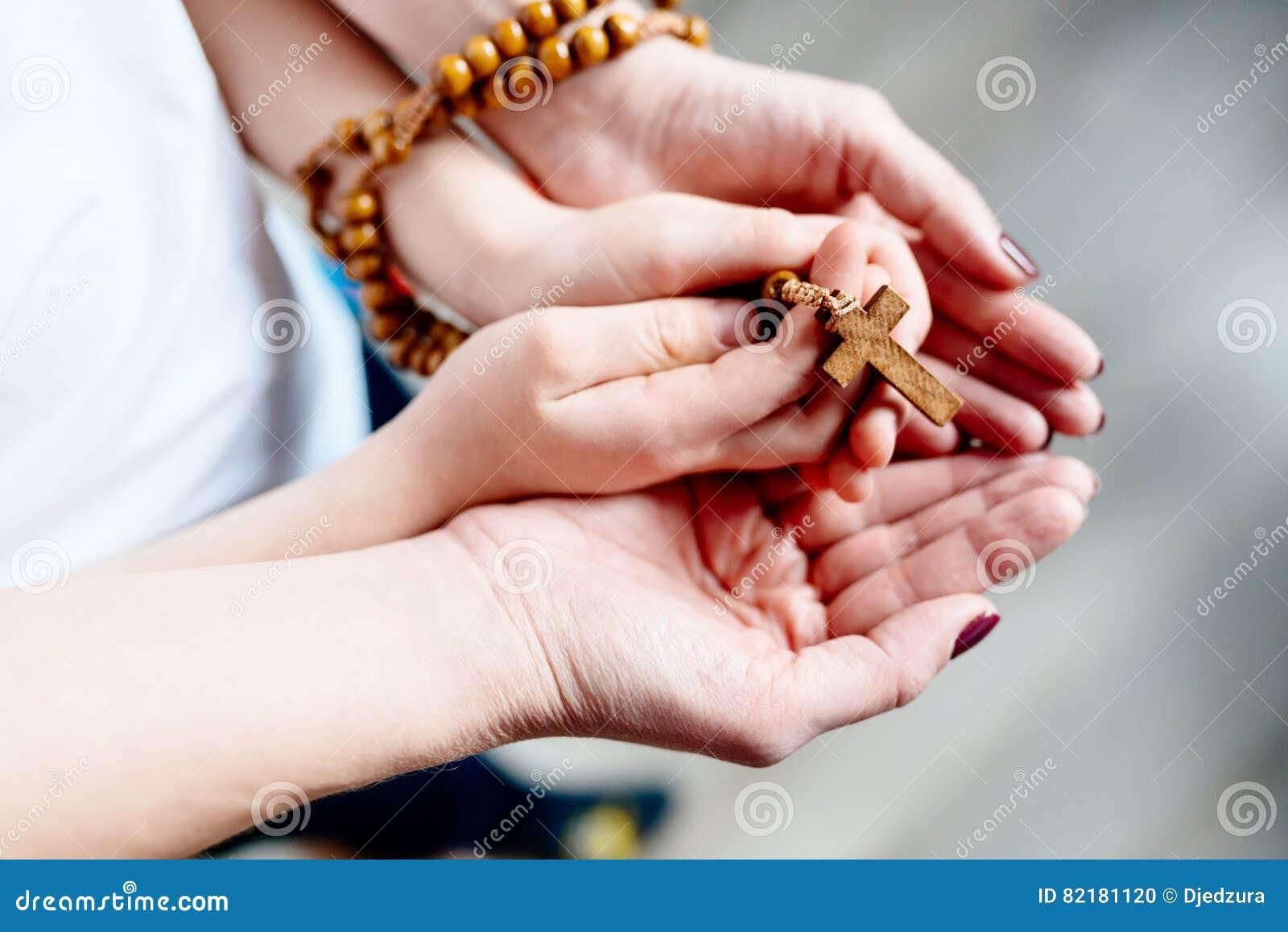 Rodzinna modlitwa z drewnianym różanem