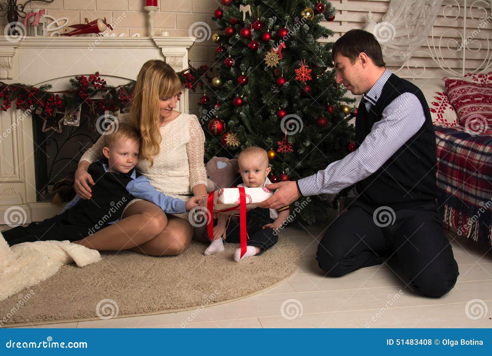 Rodzinni odpakowań bożych narodzeń prezenty