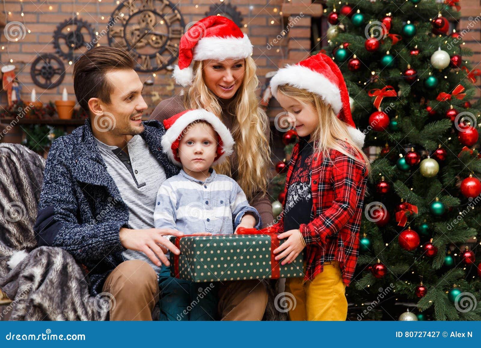 Rodzinni otwarcie prezenty przy drzewem