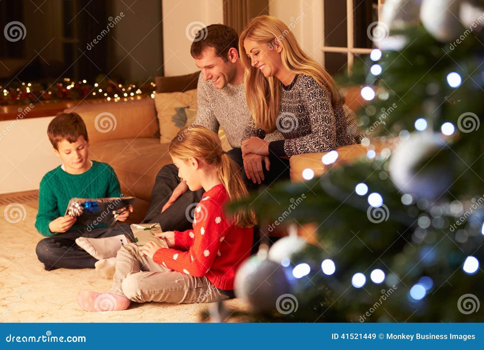 Rodzinni rozpakowywanie prezenty choinką