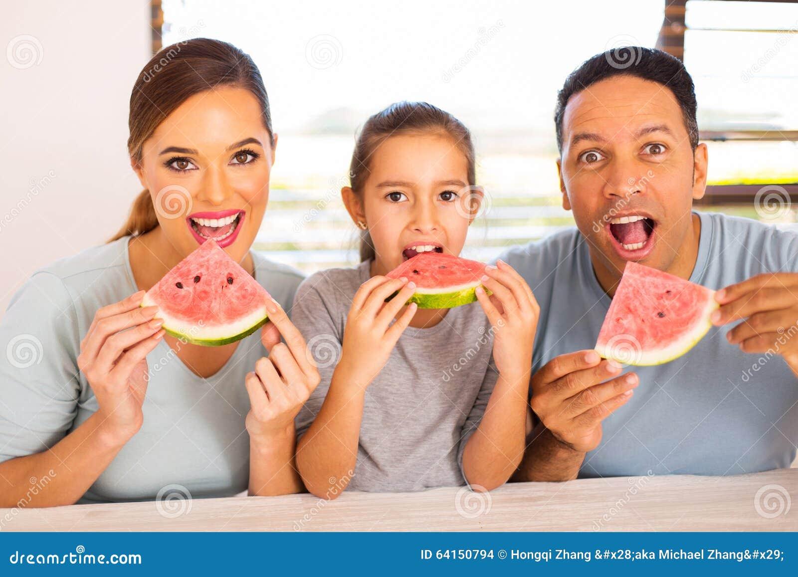Rodzinny łasowanie arbuz