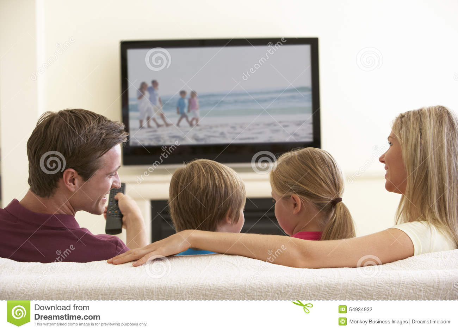 Rodzinny dopatrywanie Widescreen TV W Domu
