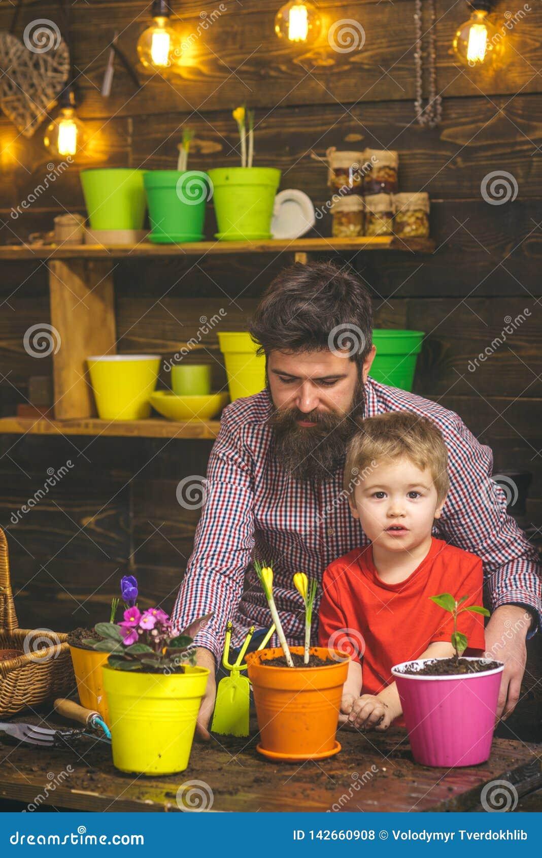 Rodzinny dzień charcica Brodata mężczyzny i chłopiec dziecka miłości natura Kwiat opieki podlewanie Glebowi użyźniacze Szczęśliwy