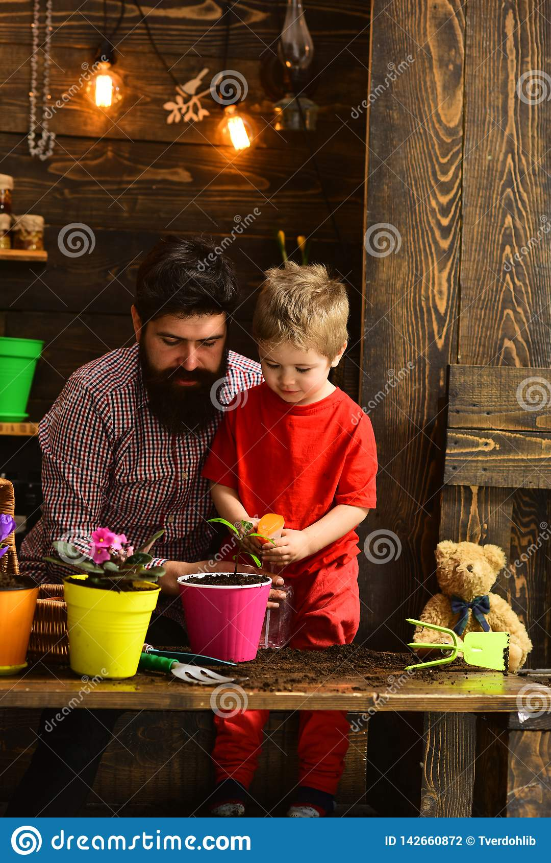 Rodzinny dzień charcica brodata mężczyzny i chłopiec miłości natura Ojciec i syn Ojca dzień szczęśliwe ogrodniczki z wiosną