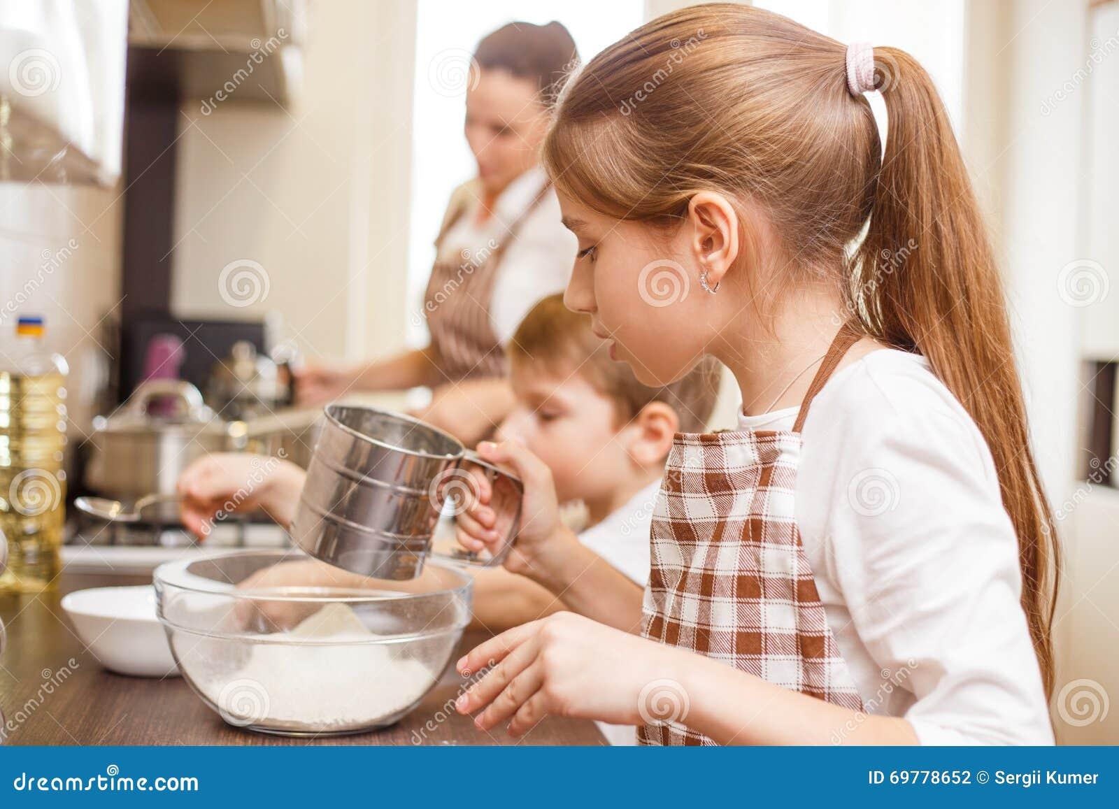 Rodzinny kulinarny tło Dzieci w kuchni