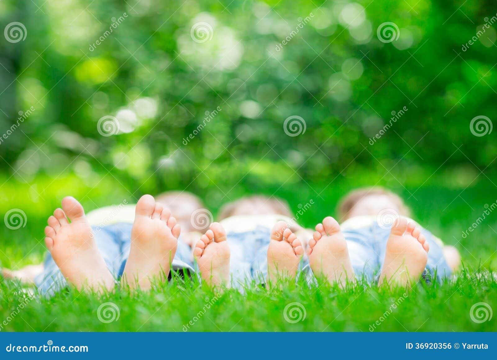Rodzinny lying on the beach na trawie