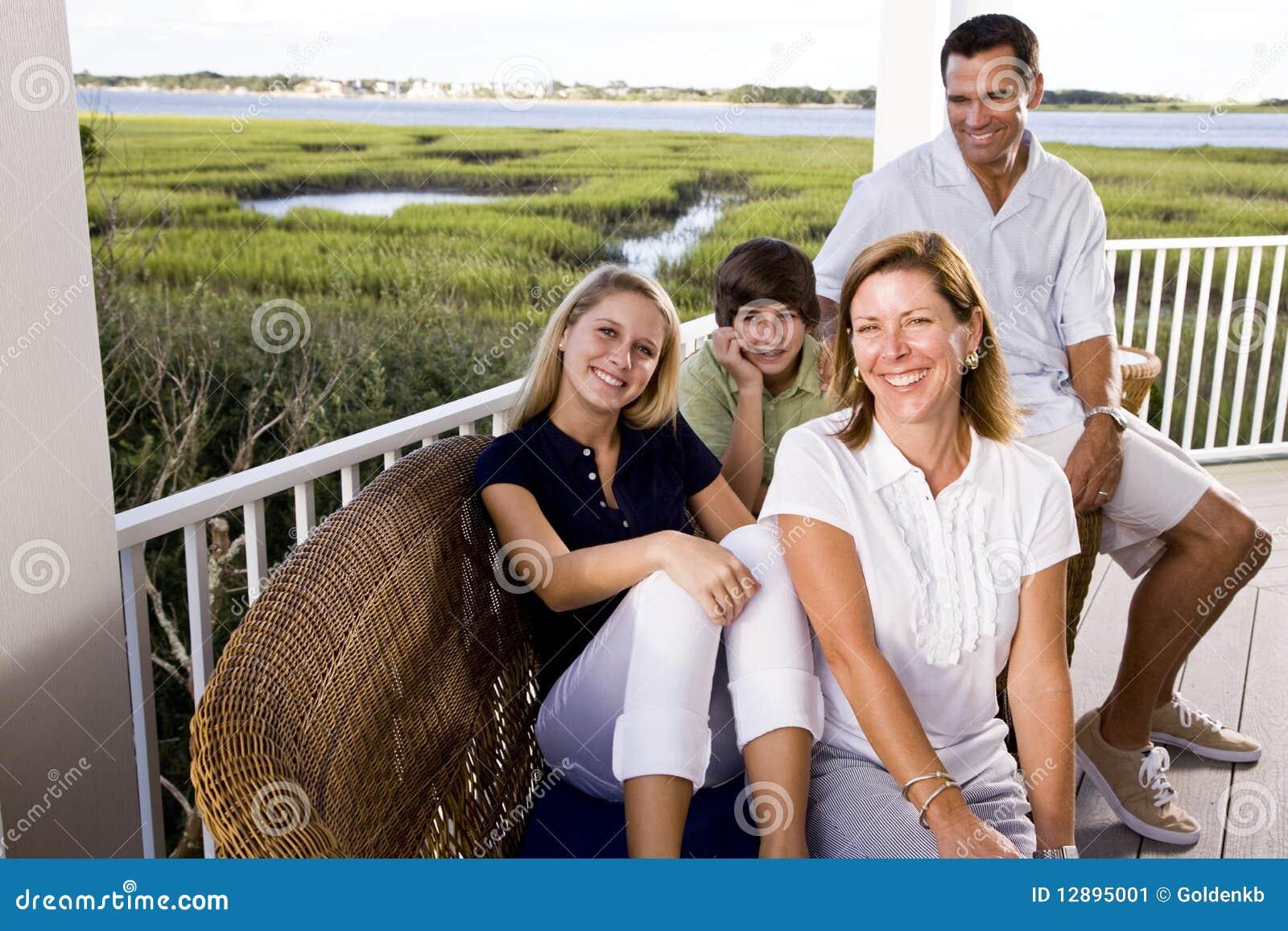 Rodzinny obsiadania tarasu wpólnie wakacje