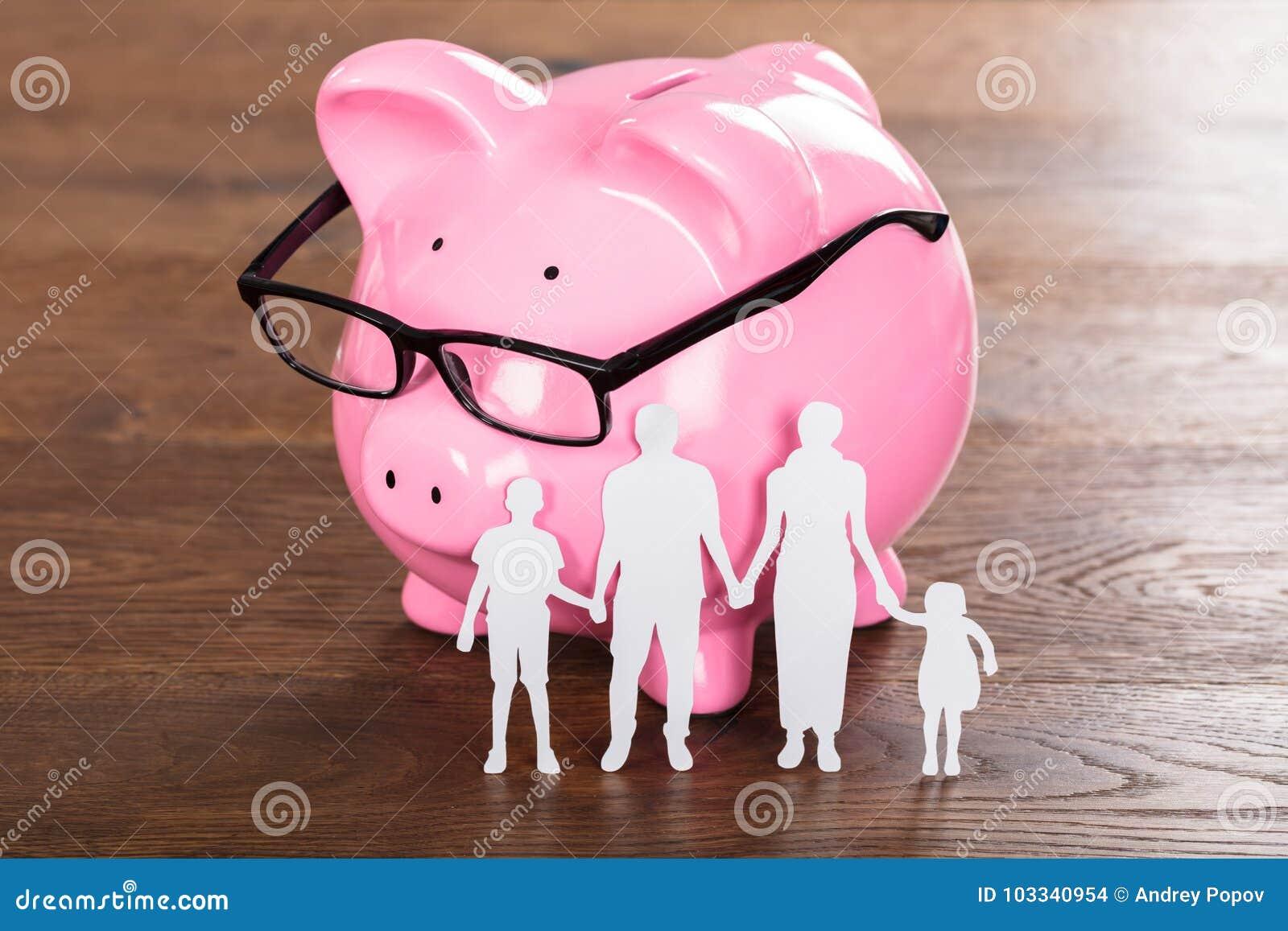 Rodzinny oszczędzania pojęcie Na Drewnianym biurku