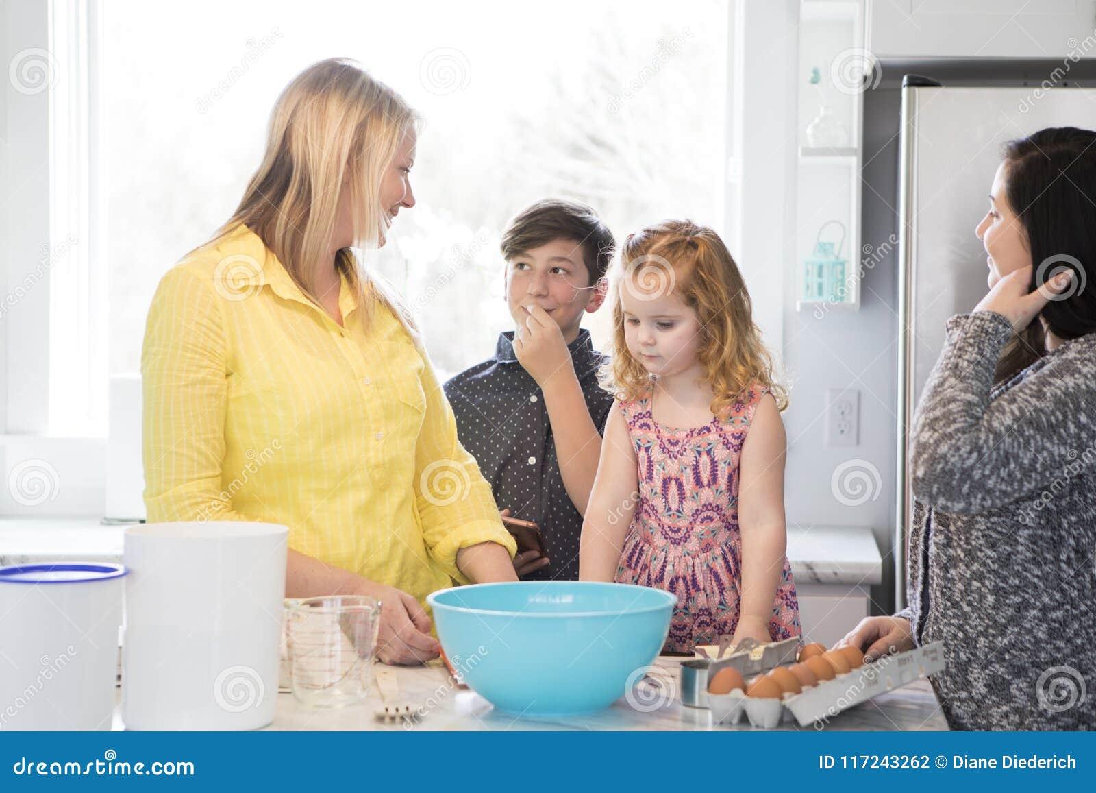 Rodzinny pieczenie wpólnie w nowożytnej kuchni