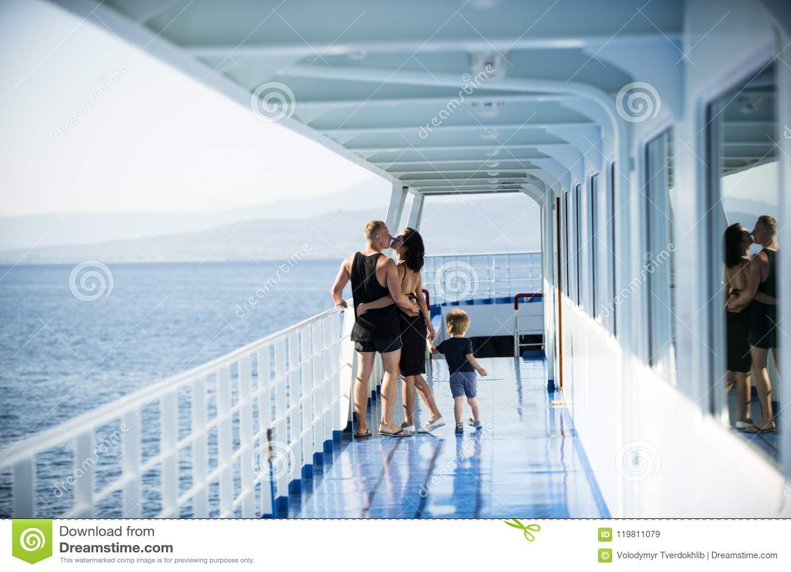 Rodzinny podróżowanie na statku wycieczkowym na słoneczny dzień miłości i rodziny pojęciu Ojca, matki i dziecka stojak na pokładz