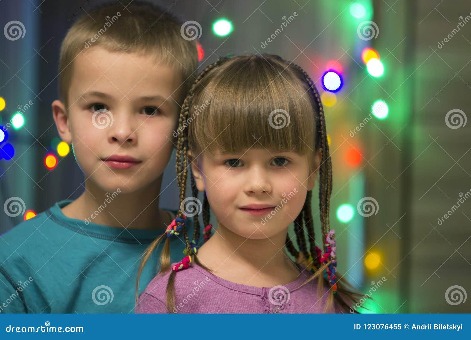 Rodzinny portret dwa młodego szczęśliwego ślicznego blond dziecka, przystojnej chłopiec i dziewczyna z udziałem, długi warkoczy,
