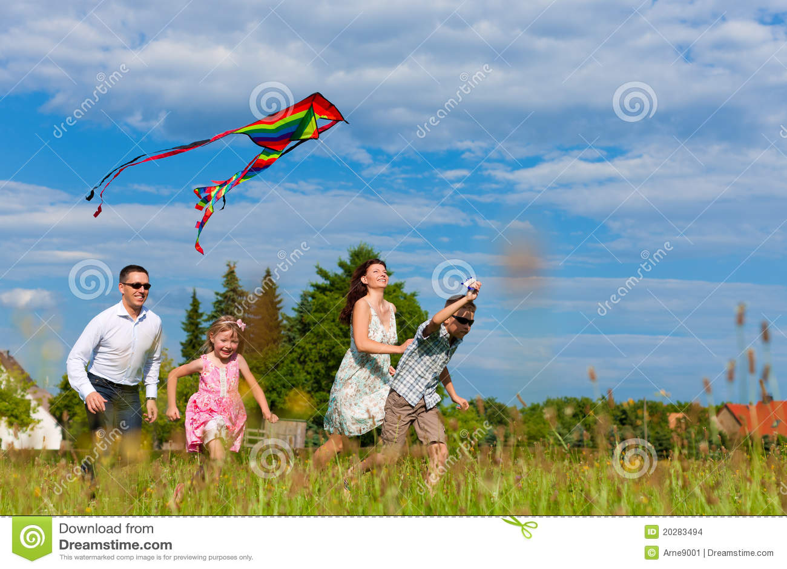 Rodzinny szczęśliwy kani łąki bieg