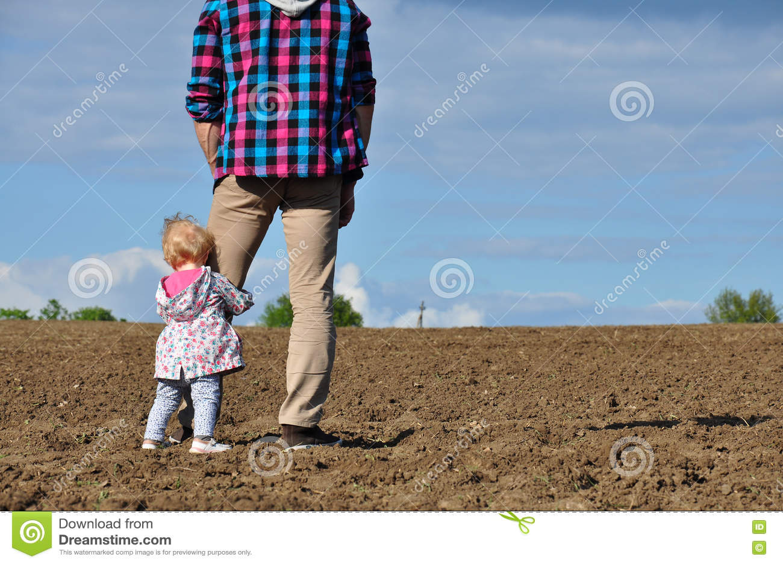 Rodzinny szczęśliwy target2231_0_ Ojcuje i jego córki dziecka dziewczyna bawić się outdoors i ściska w polu Śliczna mała dziewczy