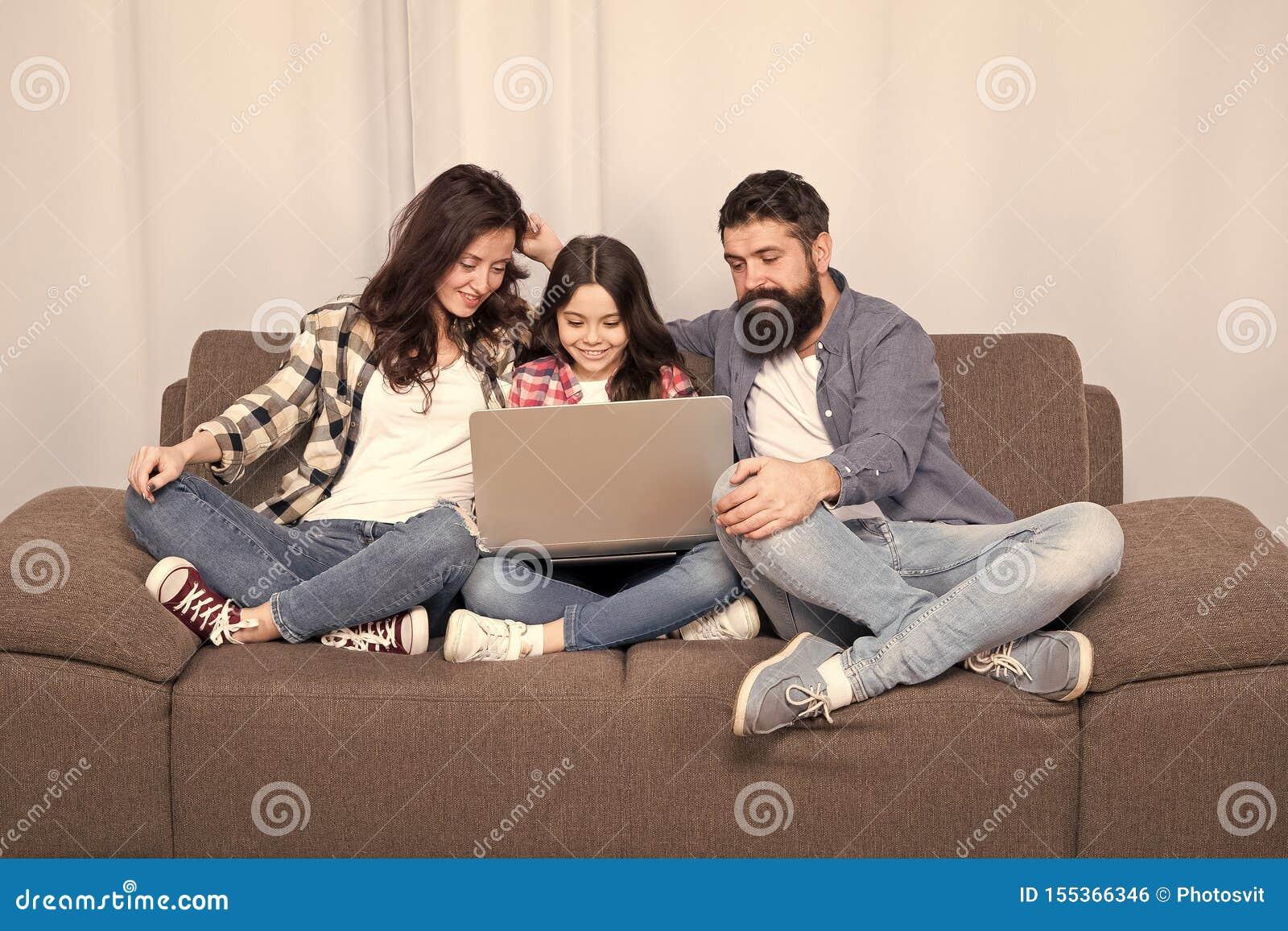 Rodzinny szcz??liwy u?ywa? laptopu wantowy online mali dziewczyna rodzice matka i brodaty ojciec z c?rk? patrzeje