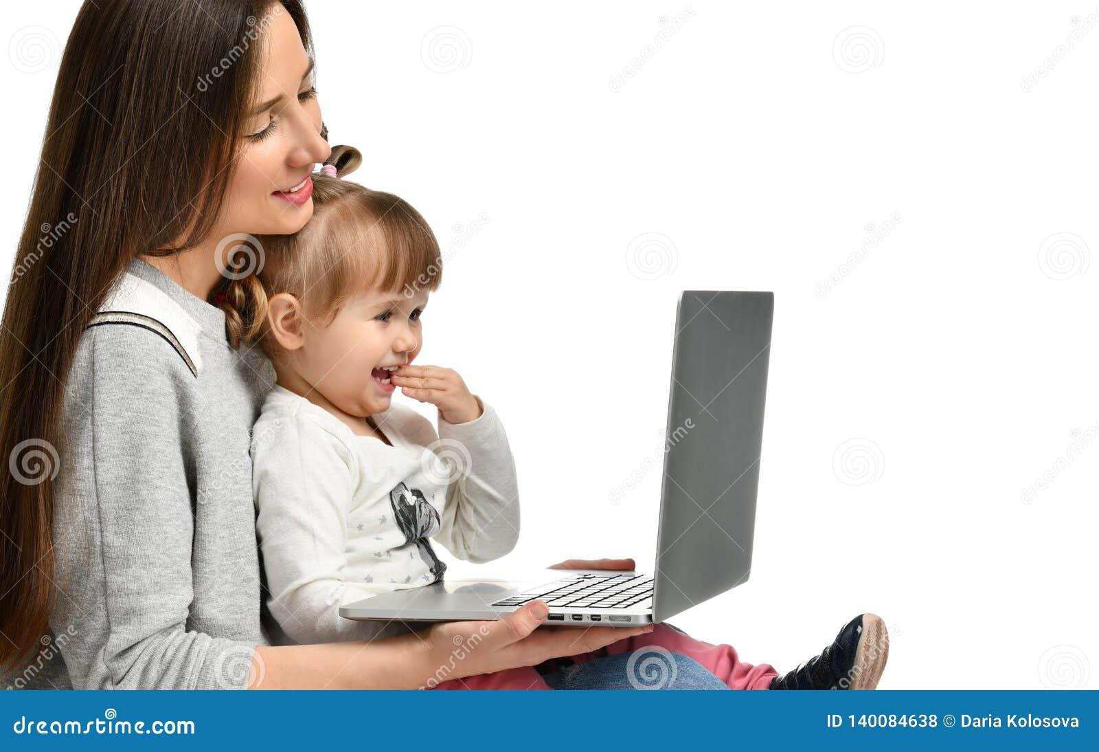 Rodziny matka i dziecko córka z laptopem w domu
