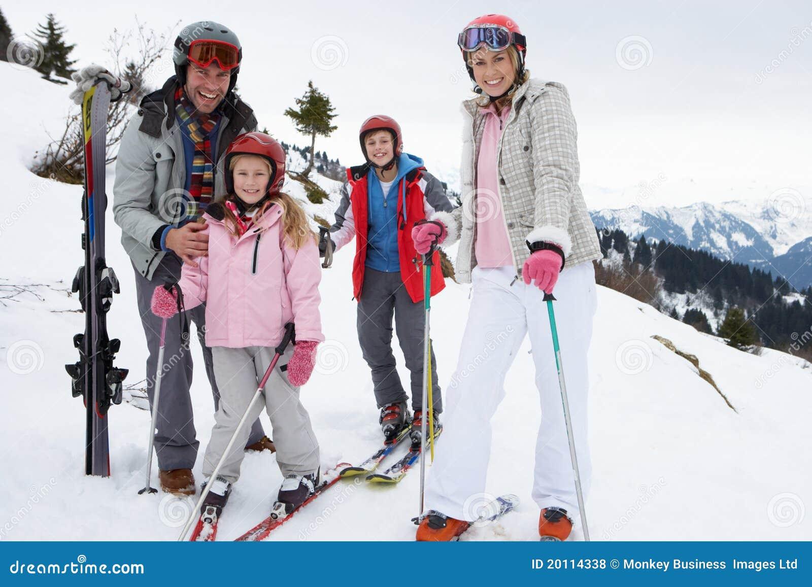 Rodziny narty wakacje potomstwa