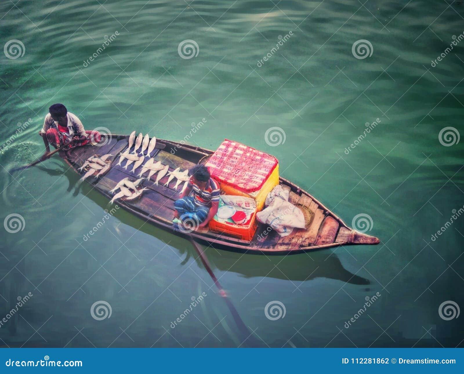 Roeien en Visserij in rivier Bangladesh