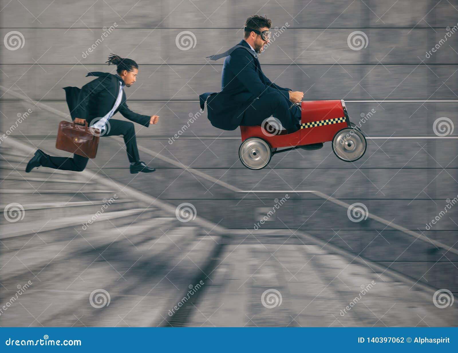 Roekeloze bedrijfsmensenrassen met een auto om de concurrentie tegen de concurrenten te winnen Concept succes en de concurrentie