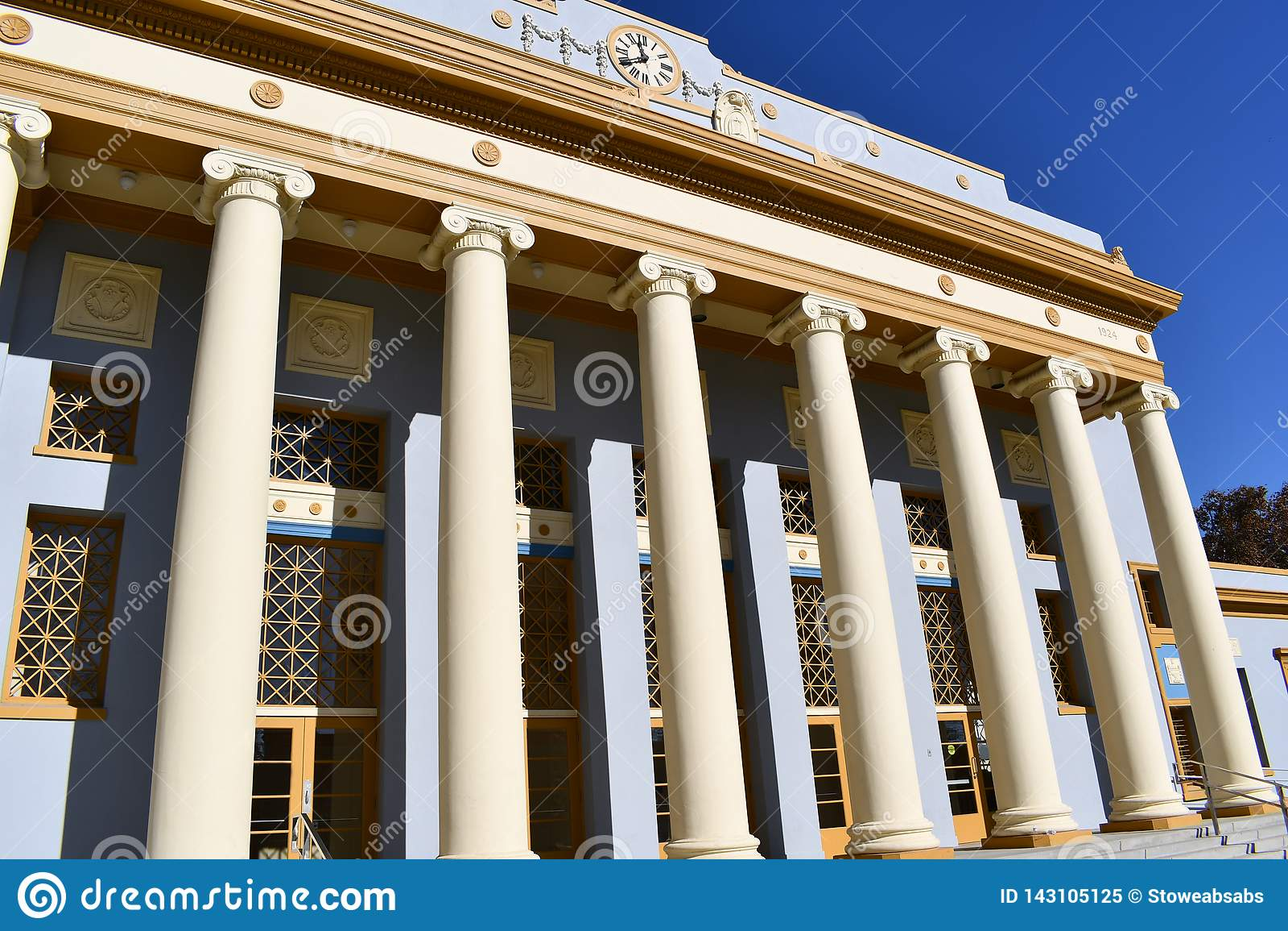 Roem stil av kolonner på en byggnad Kolonnaden hålls i corinthian stil som liknar en tempel