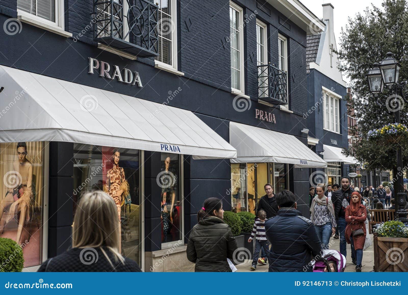 ade8dff8540c9 Roermond die Niederlande 07 05 2017 - Logo des Prada-Luxusladens im  Einkaufsviertel Mc Arthur Glen Designer Outlet