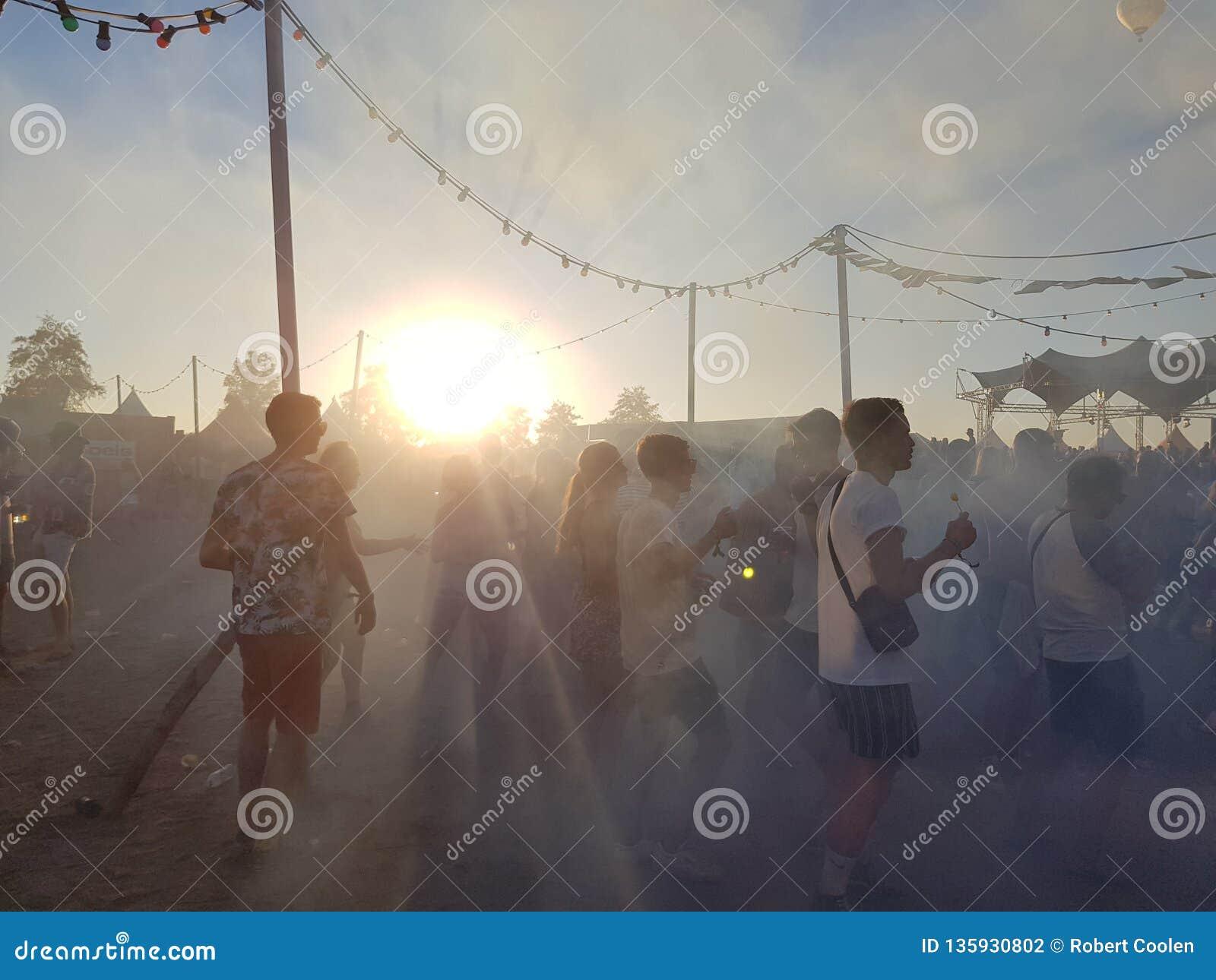Roermond, Pays-Bas - 24 août 2018 : festival de danse solaire Lever de soleil et brouillard, les jeunes heureux de danse, horizon