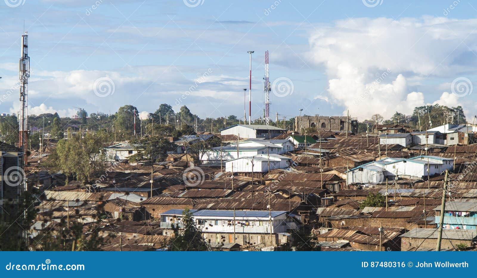 Roestige daken van een krottenwijk in Oost-Afrika