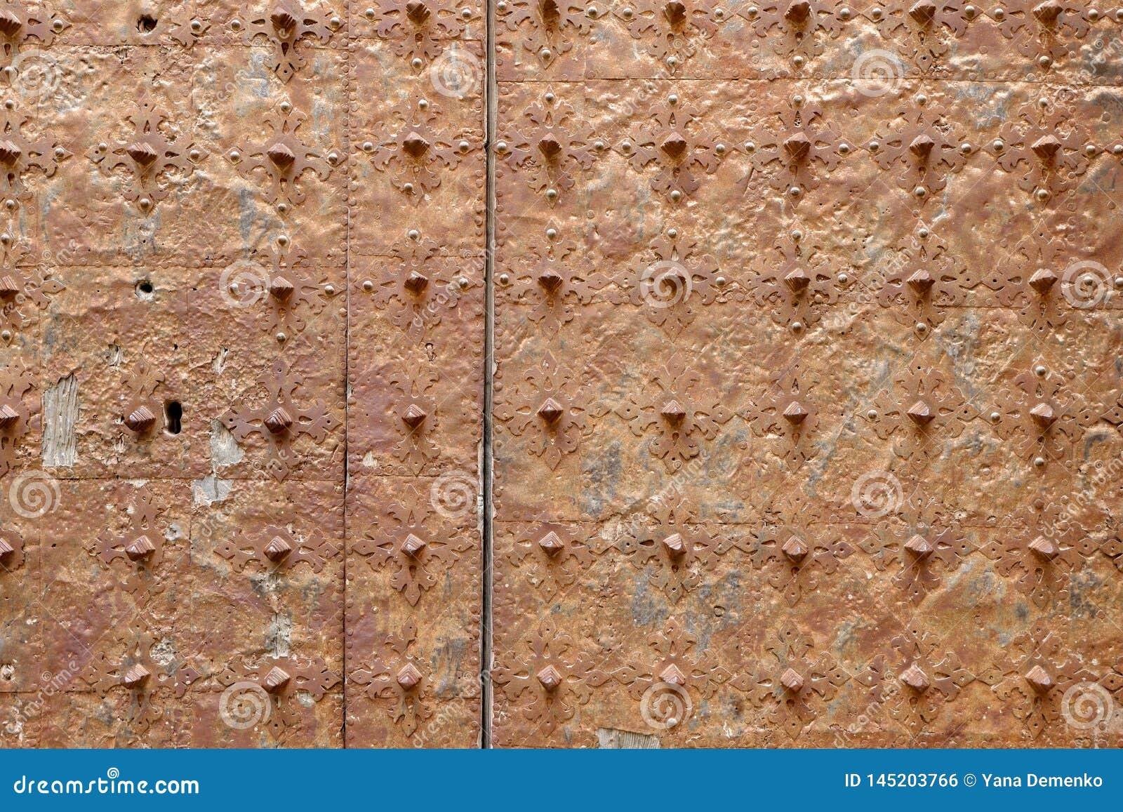 Roestige oppervlakte van een oude middeleeuwse kerkdeur