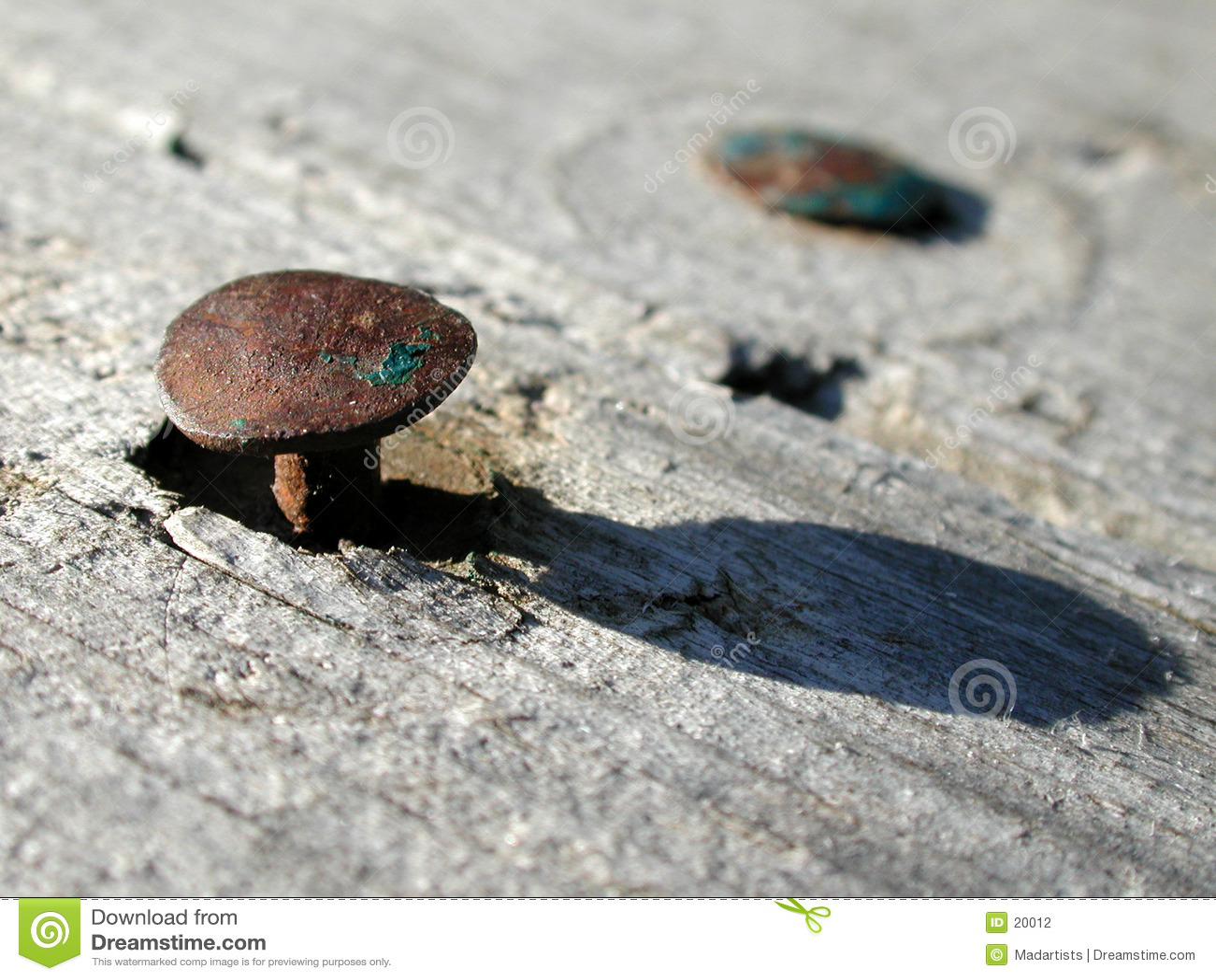 Roestige Oude Spijkers in Houten Foto