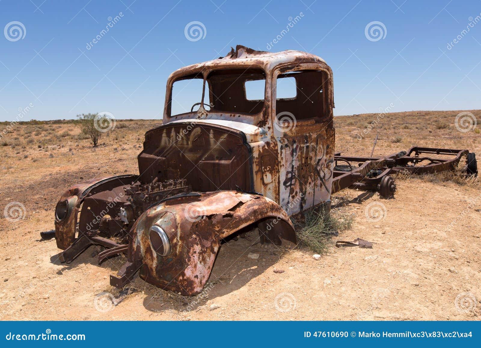 Roestige oude vrachtwagen in woestijn