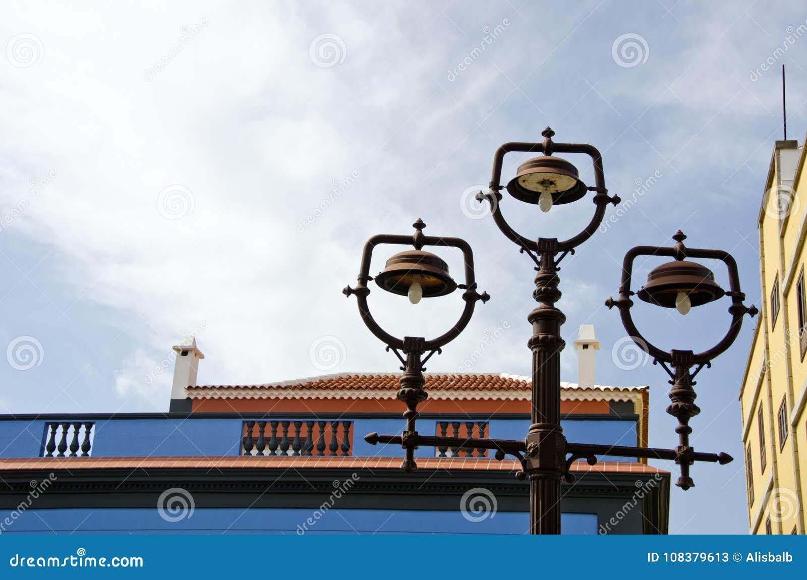 Roestige uitstekende straatlantaarns in oude stad, Spanje