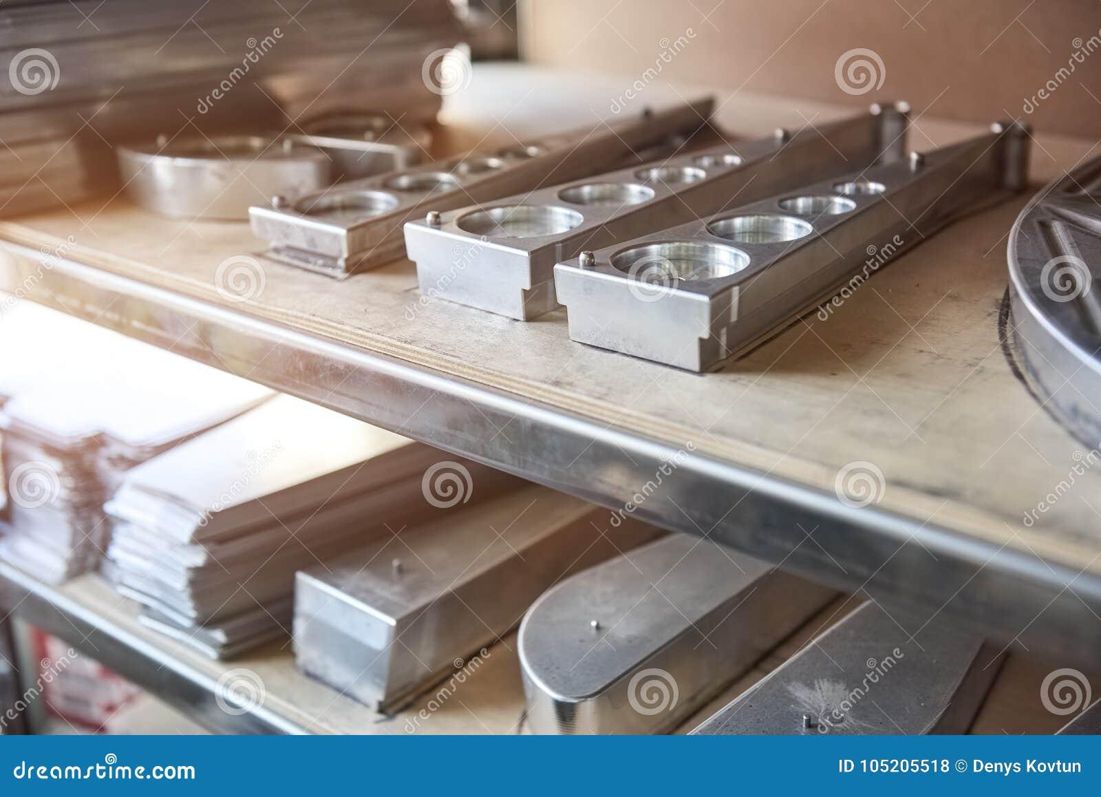 Roestvrij staaldelen op plank