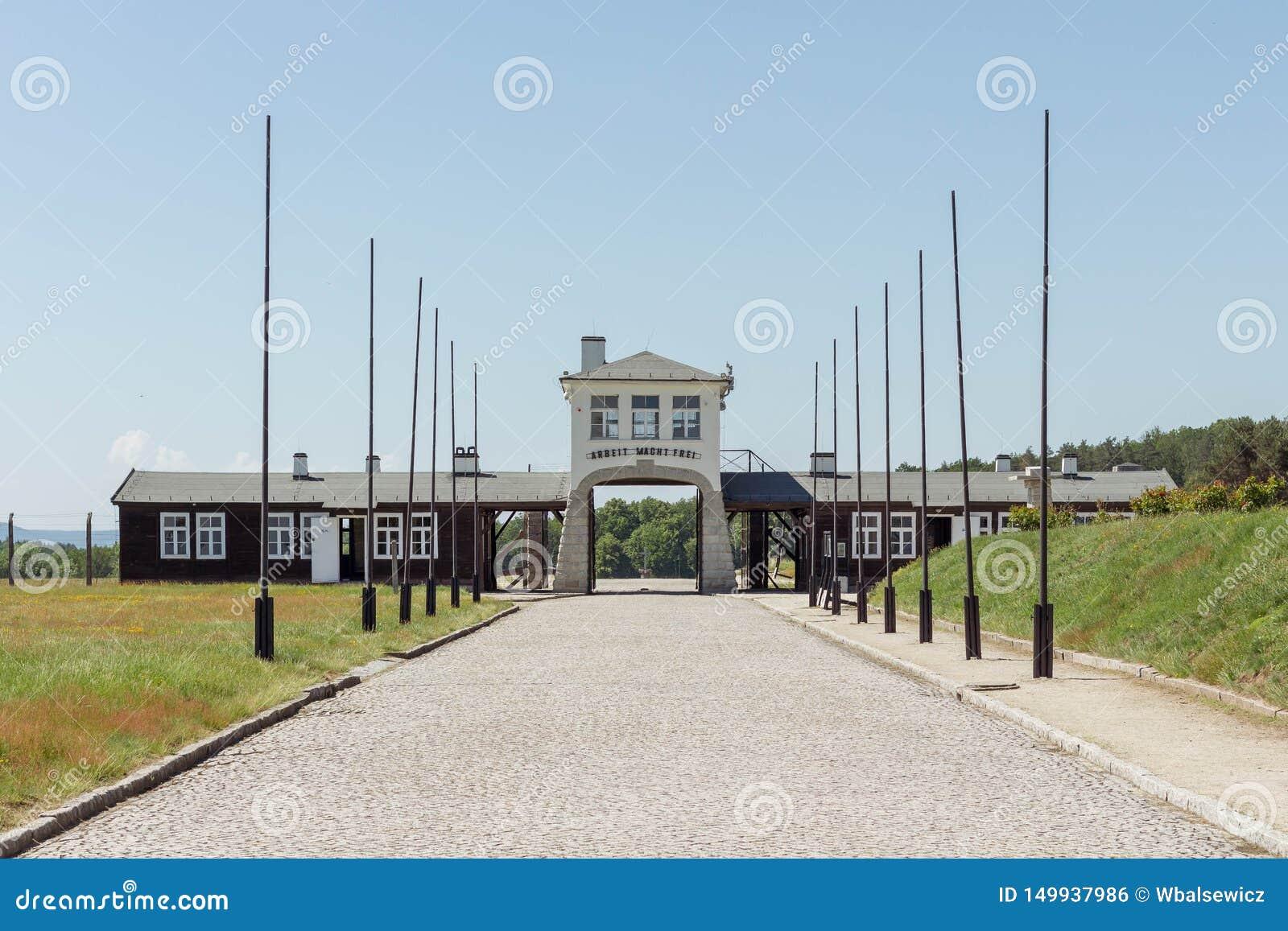 ROGOZNICA, POLÔNIA - 3 DE JUNHO DE 2019 A via principal ao campo de concentração nazista bruto-Rosen
