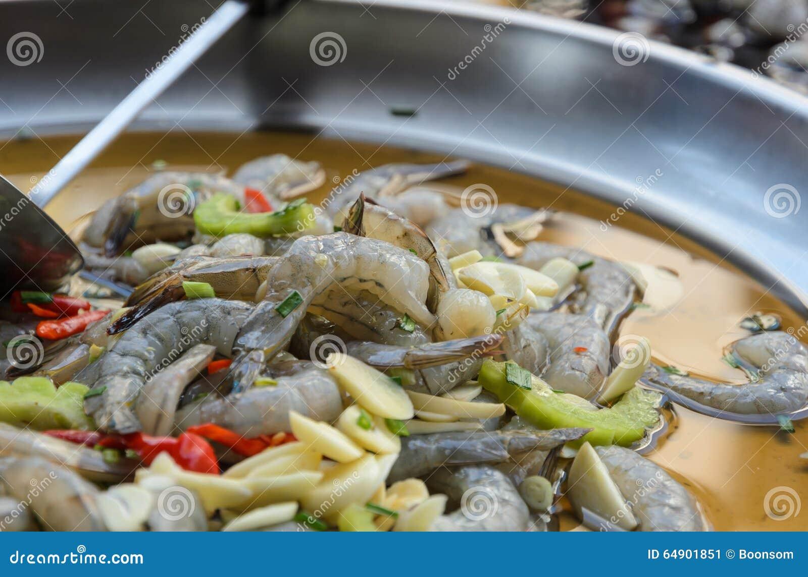 Rohe Garnele mariniert in der würzigen Fischsauce, thailändische Küche