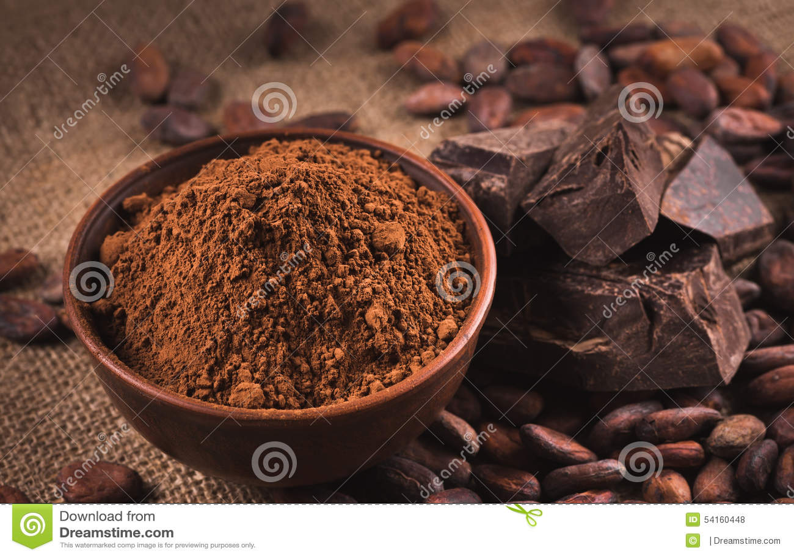 Rohe Kakaobohnen, Lehmschüssel mit Kakaopulver, Schokolade auf Sack