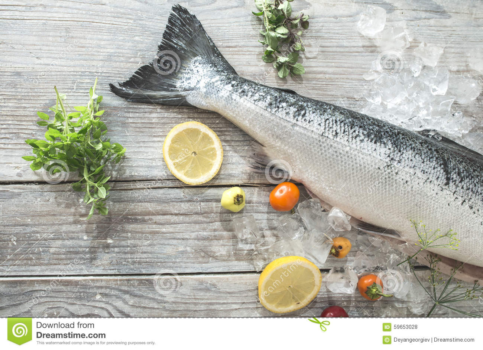 Rohe Lachsfische im Eis und im Gemüse