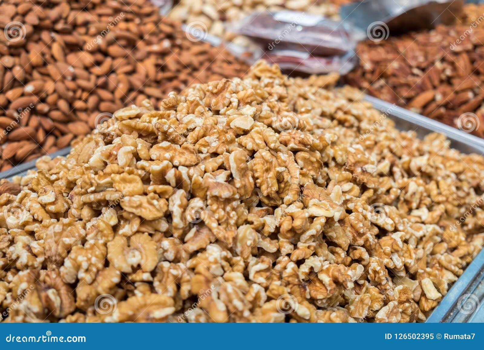 Rohe Nüsse der englischen Walnuss für Verkauf am lokalen Stadtmarkt