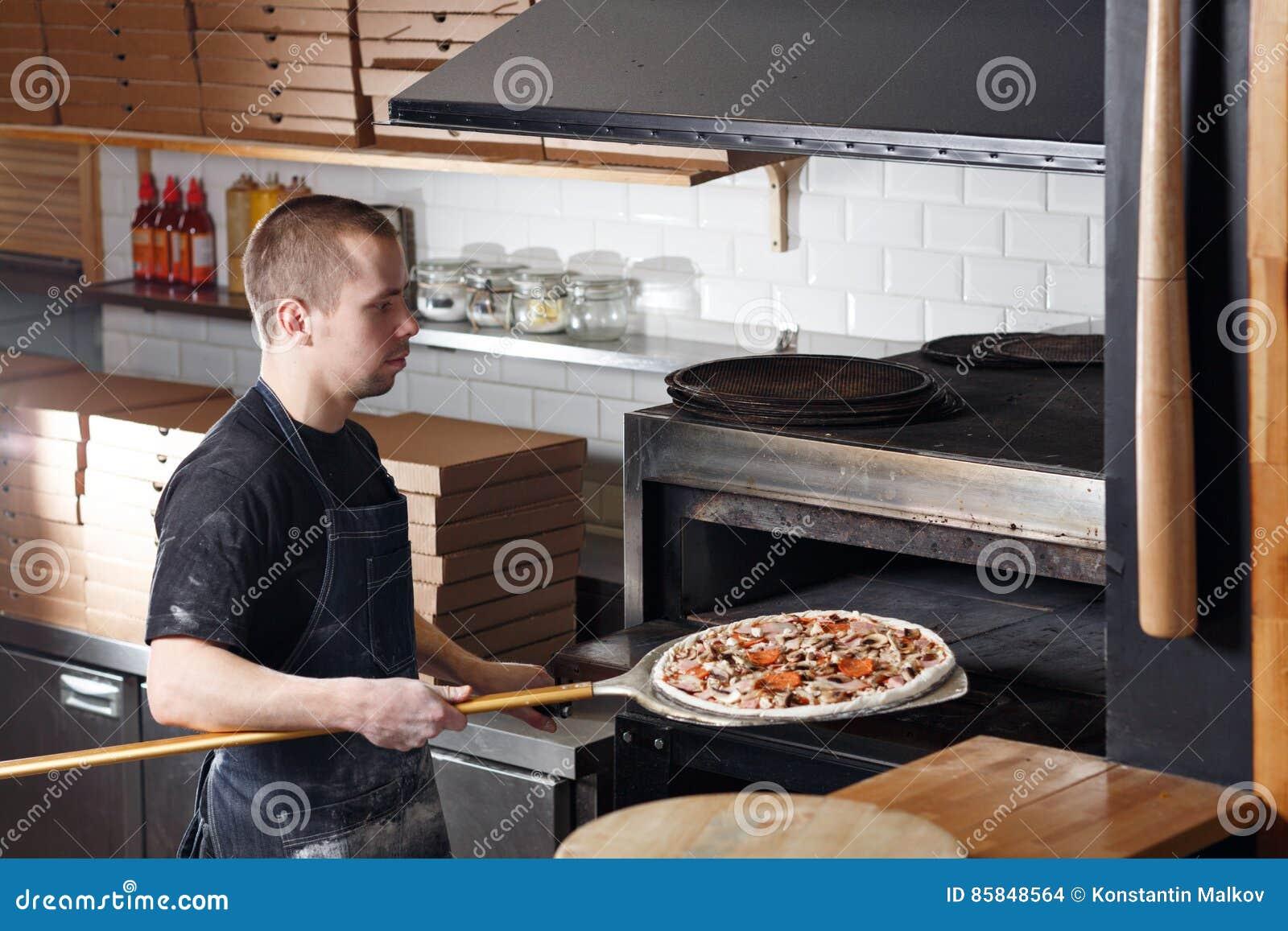 Rohe Pizza Backfertig Im Ofen Kochen Sie In Einem Blauen Schutzblech ...