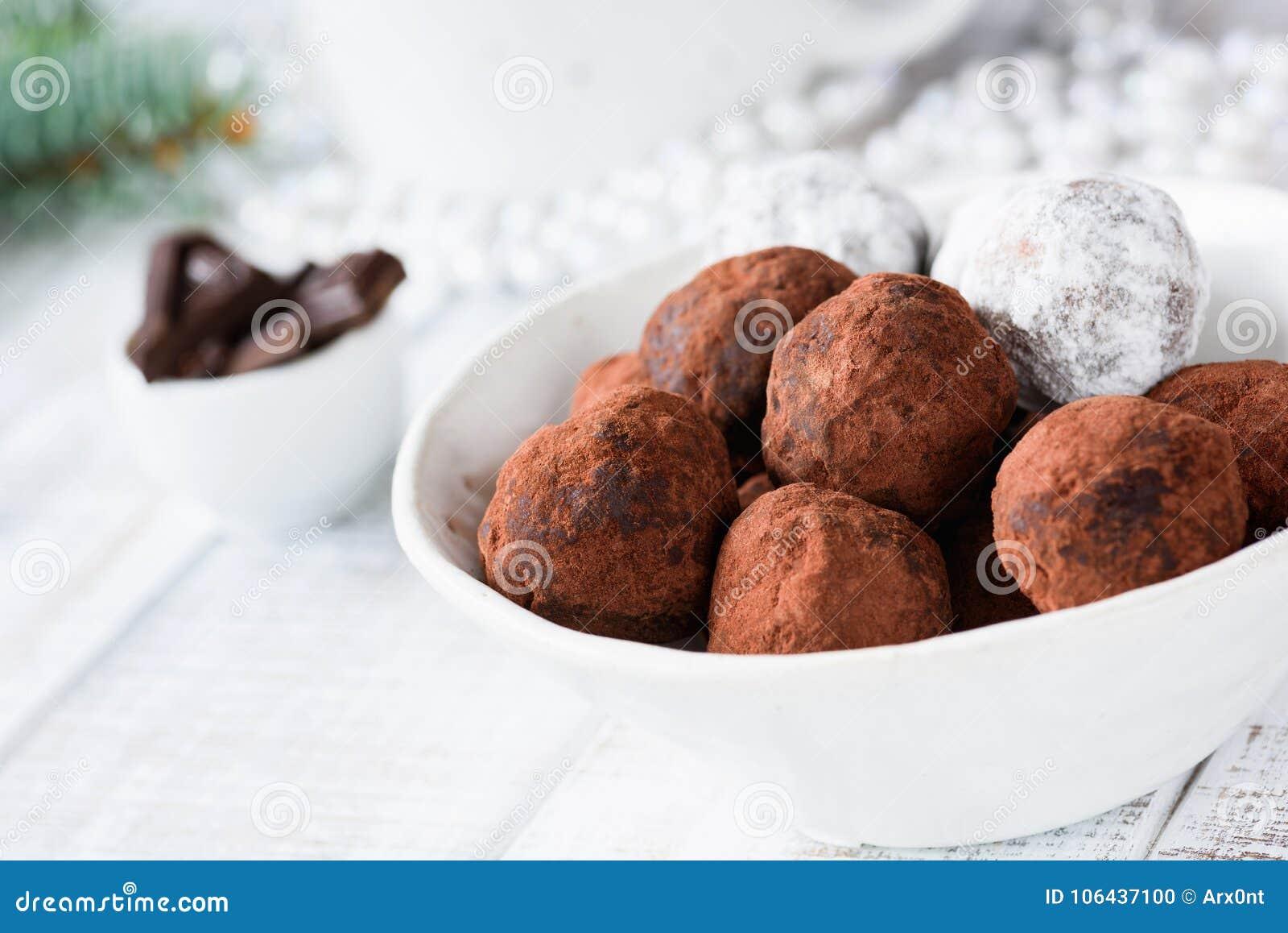 Rohe Schokoladentrüffeln des strengen Vegetariers mit Daten und rohe Schokolade