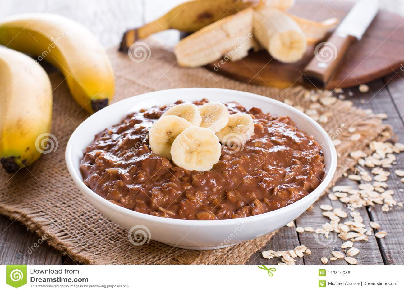 Roher Hafermehlbrei mit Banane und Schokolade