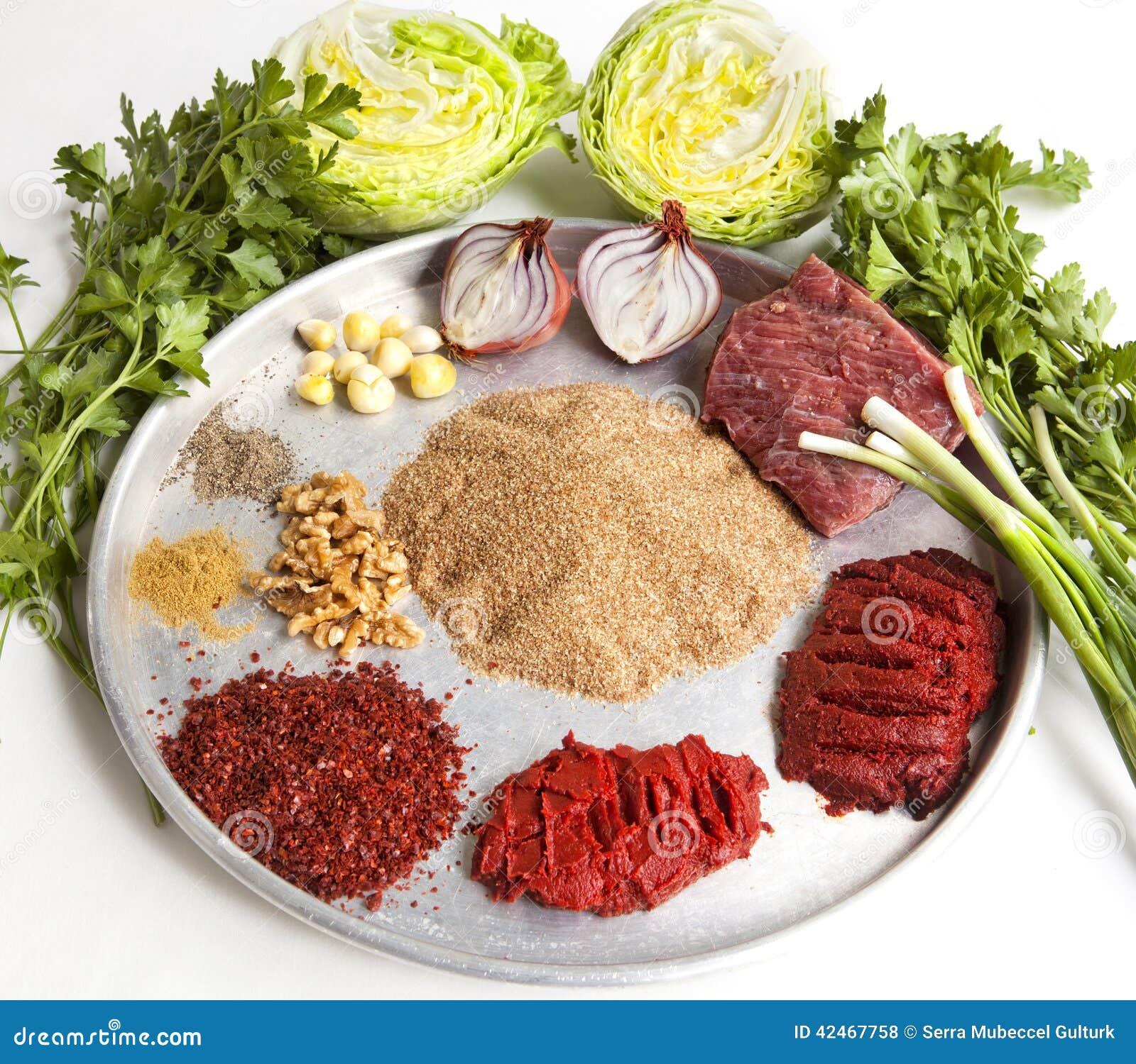 Rohes Fleisch, mit gebrochenem Weizen und anderen Bestandteilen für türkisches s