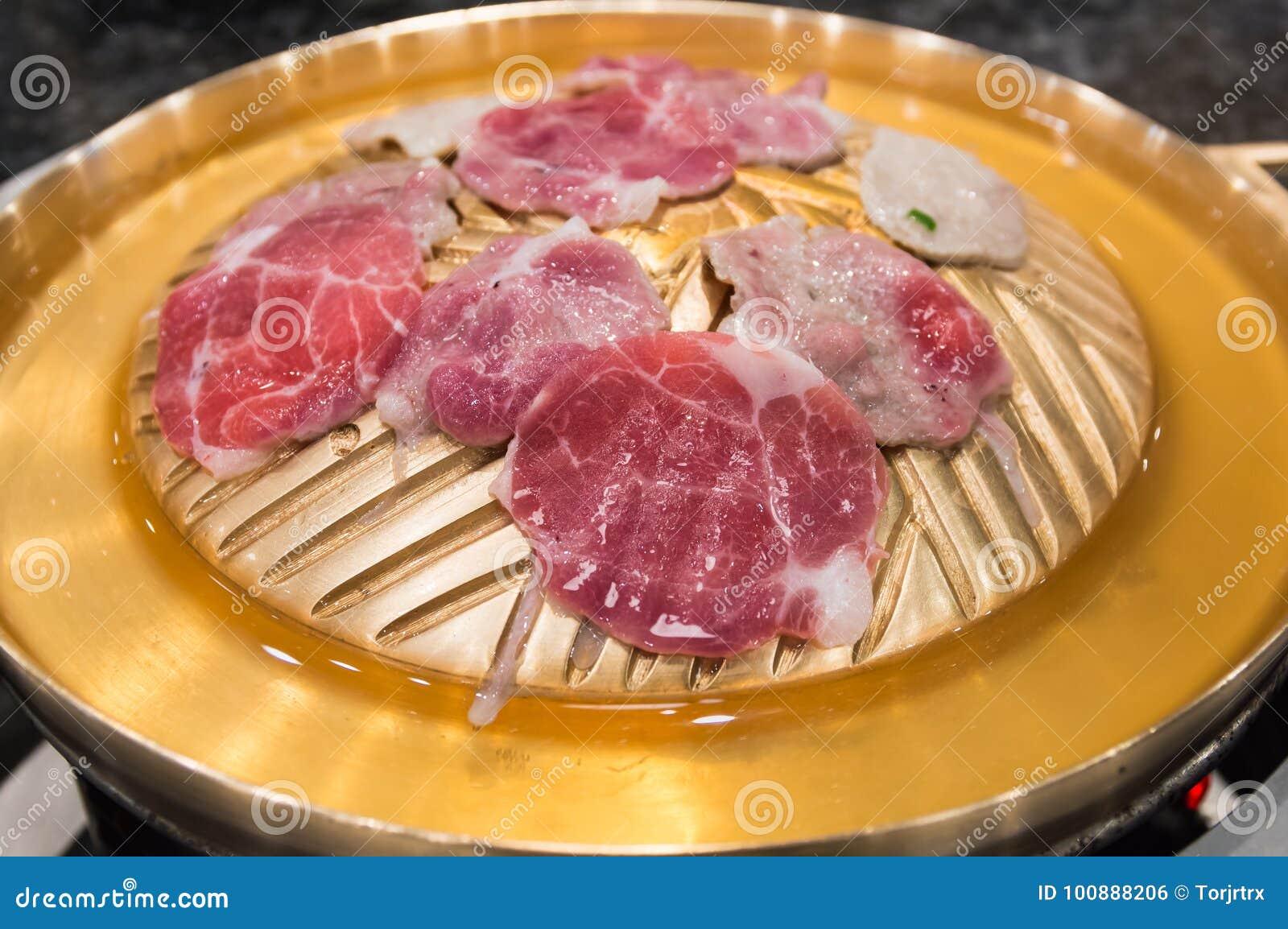 Rohes Fleisch schnitt Grill auf heißer Wanne, koreanischem Grill oder Yakiniku herein