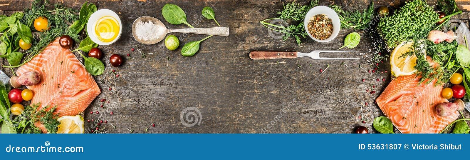 Rohes Lachsfilet mit dem Kochen von Bestandteilen: ölen Sie, frisches Gewürz, Löffel und Gabel auf rustikalem hölzernem Hintergru