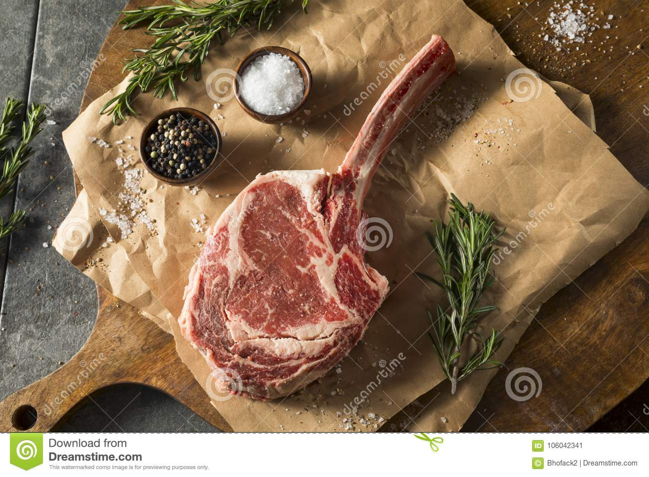 Rohes rotes Gras Fed Tomahawk Steaks