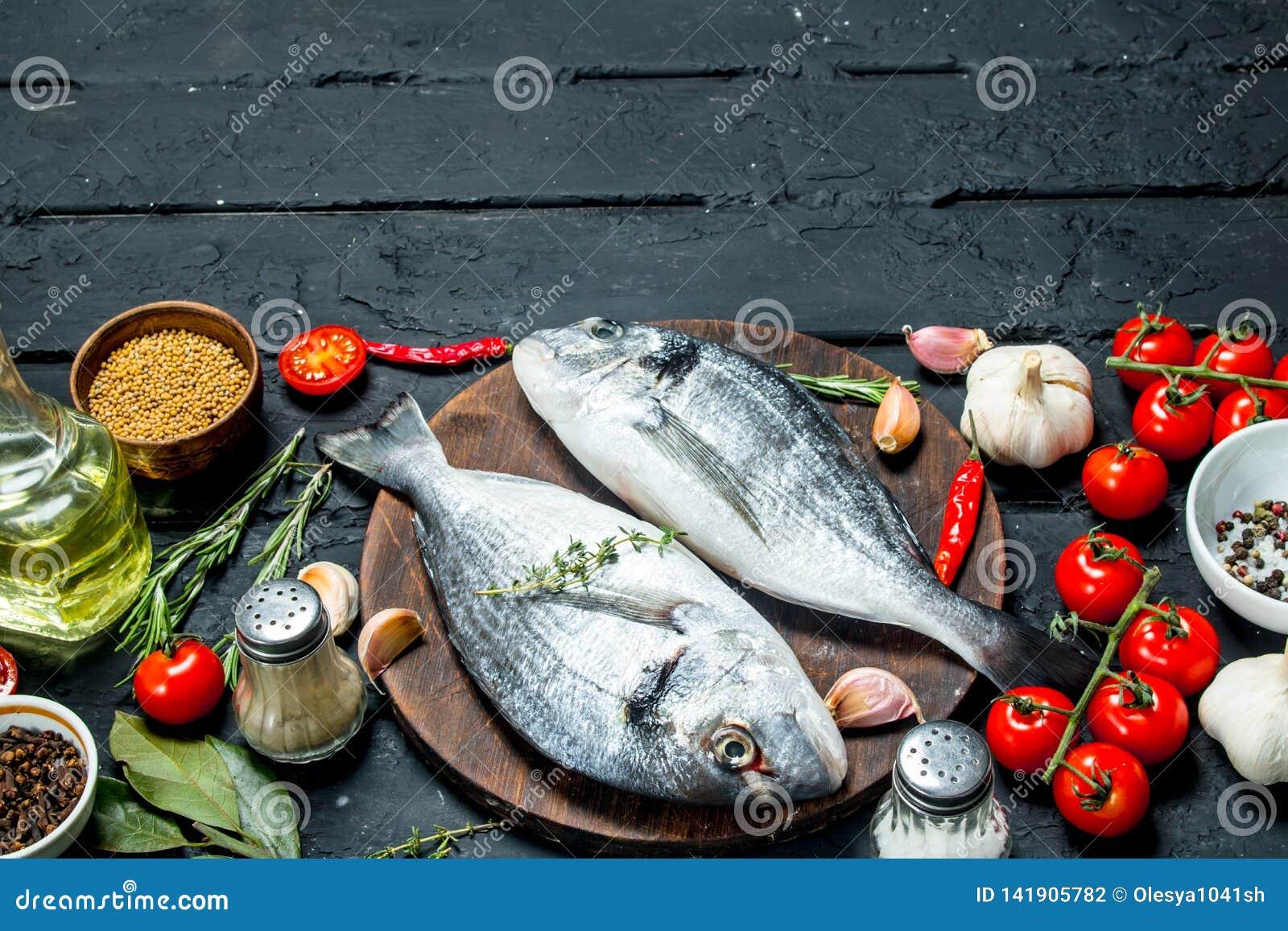 Rohes Seefisch dorado mit Gewürzen und Gemüse