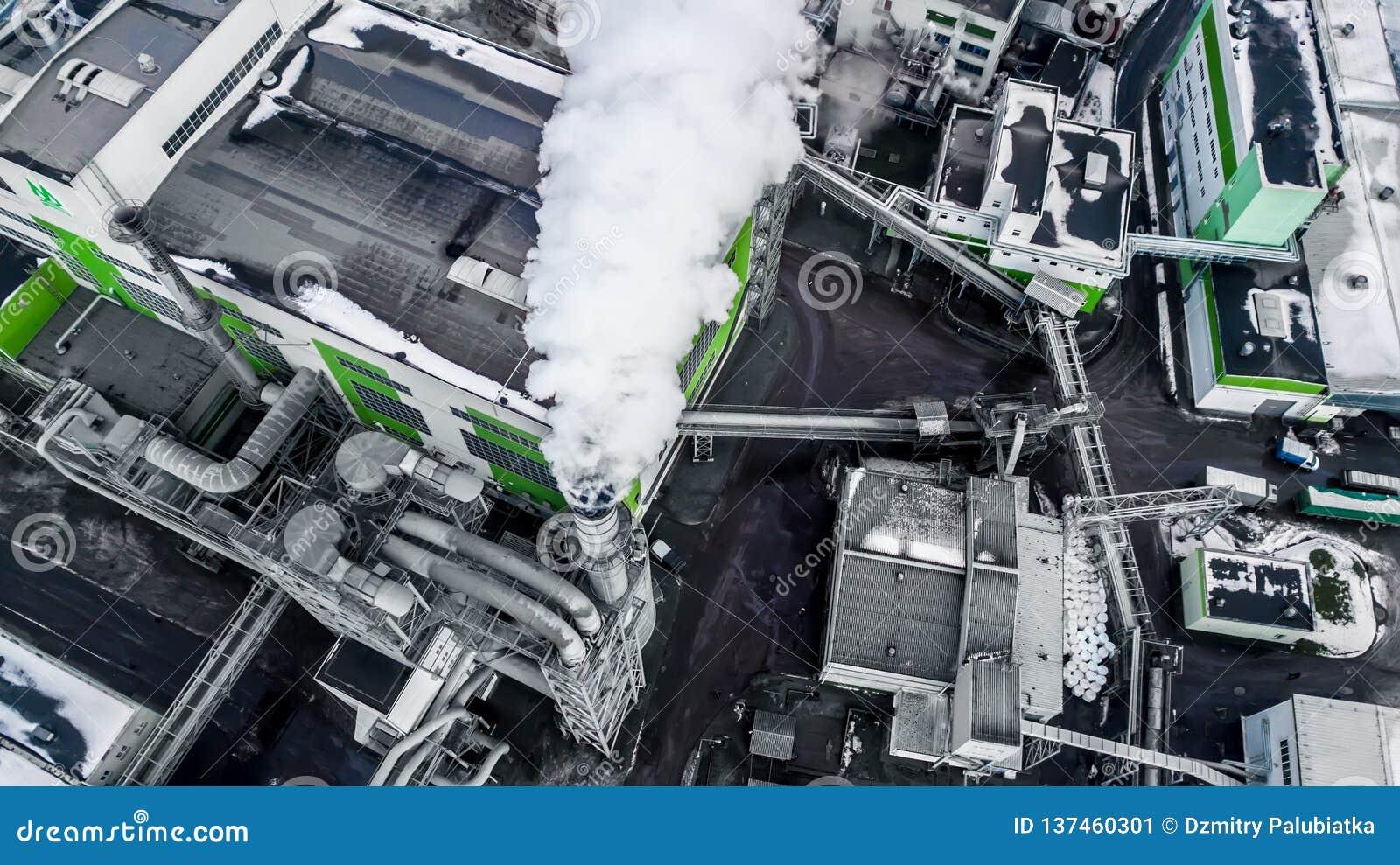 Rohre von Dämmerung der Holzbearbeitungsunternehmensbetriebssägemühle morgens Luftverschmutzungskonzept Industrielandschaft umwel