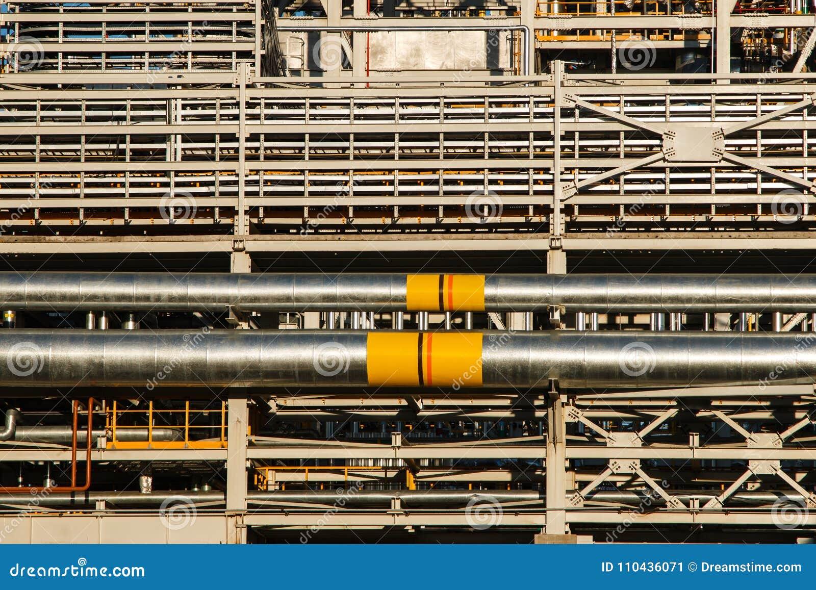 Rohrleitungen der Raffineriefabrik und -isolierung am Industriegebiet