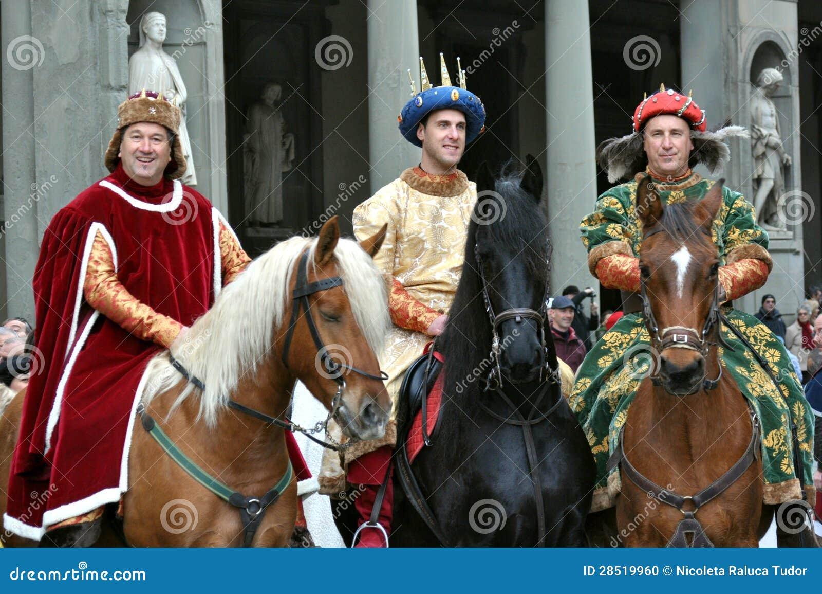 Rois médiévaux dans une reconstitution en Italie